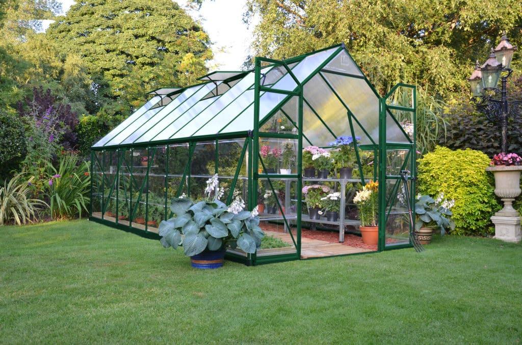 Ein grünes Gewächshaus auf dem Garten