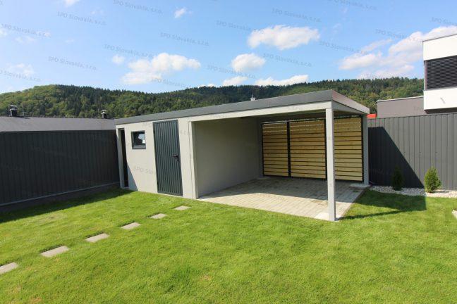 Ein montiertes Gartenhaus mit einem Fenster von Slovaktual inkl. einer Überdachung