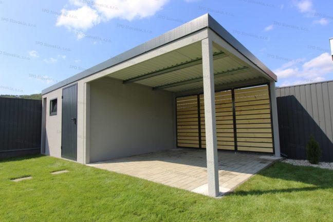 Eine montierten Überdachung mit Holz-Ausfüllungen neben einem Gartenhäuschen