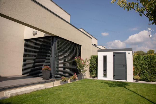 Ein modernes Gartenhaus für Fahrräder mit der Hörmann LPU40 Tür bei einem Familienhaus