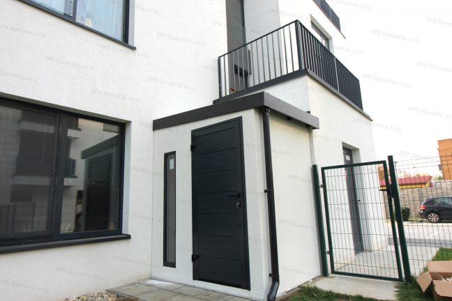 Montiertes Gartenhäuschen bei einem modernen Familienhaus