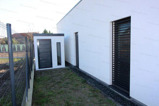 Ein kleines Gartenhaus mit der LPU40 Tür von Hörmann in anthrazit