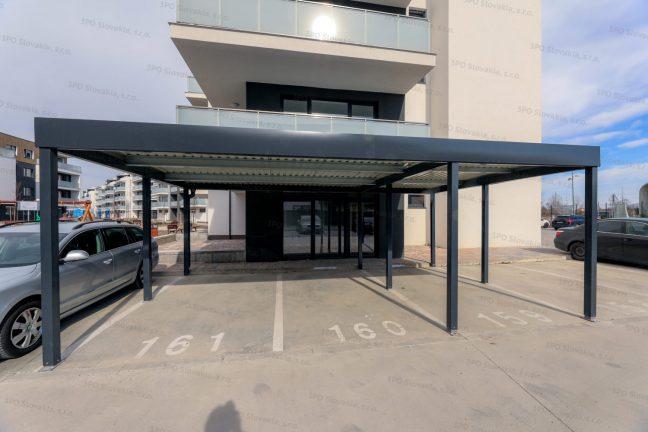 Ein STANDARD Carport für 3 Auto vor einem Wohnhaus