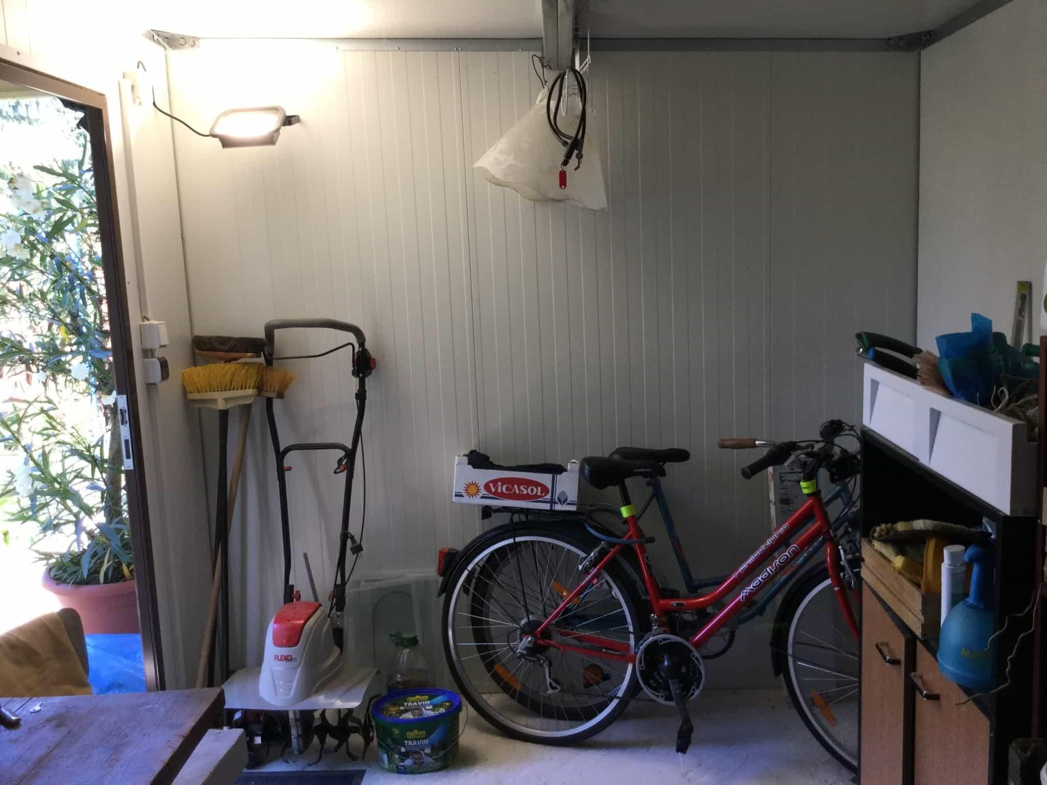 Der Innenraum einer Garage von GARDEON
