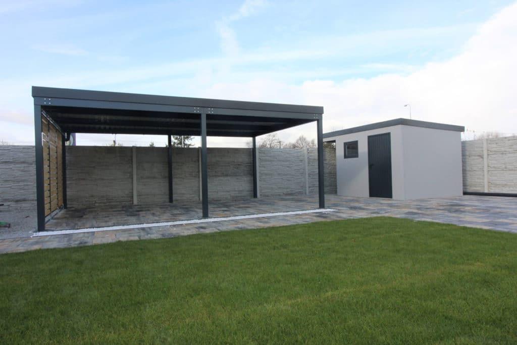 Ein montiertes Carport mit Pultdach neben einem Gartenhaus