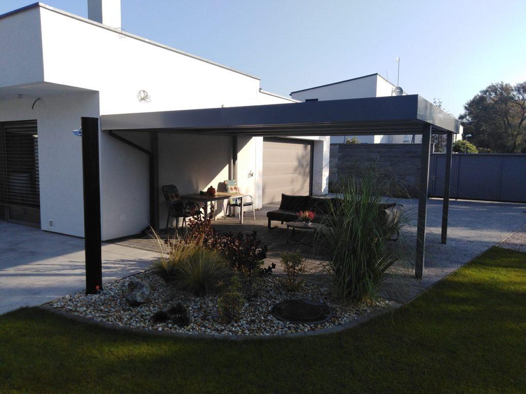 Ein Carport bei einem modernen Haus in weiß