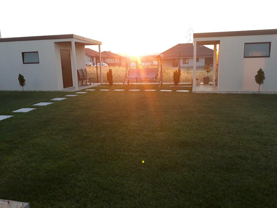 Gartenhäuschen von GARDEON beim Sonnenuntergang