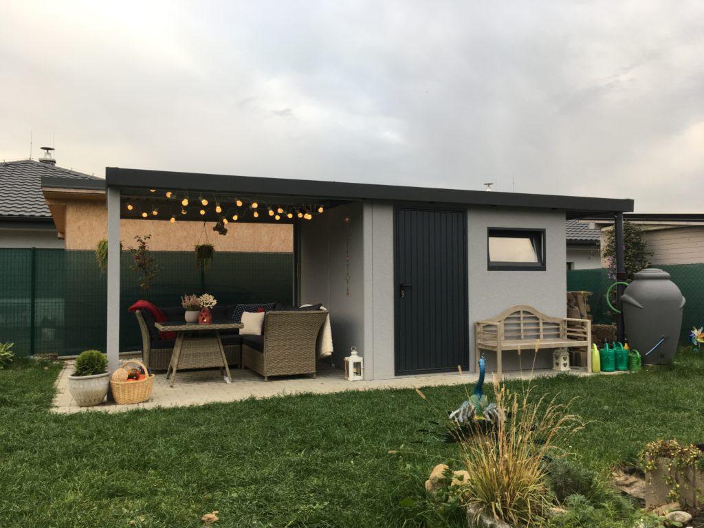 Ein montiertes Gartenhaus in licht-grau