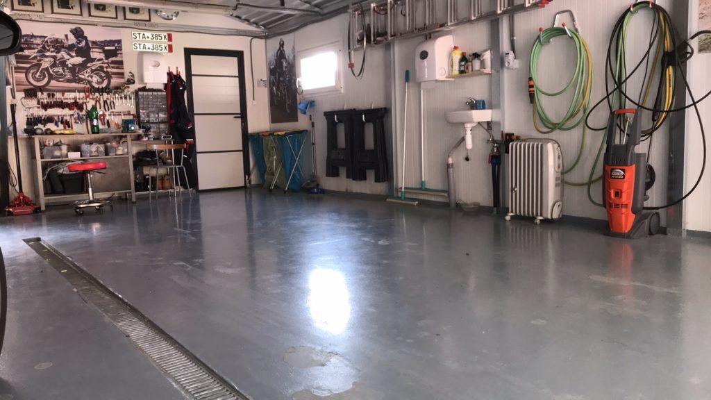 Glänzender Boden in der Garage