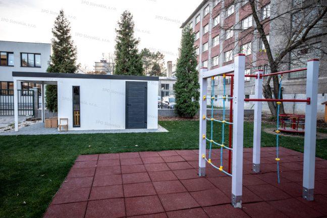 Ein montiertes Gartenhaus von GARDEON neben einem Spielplatz