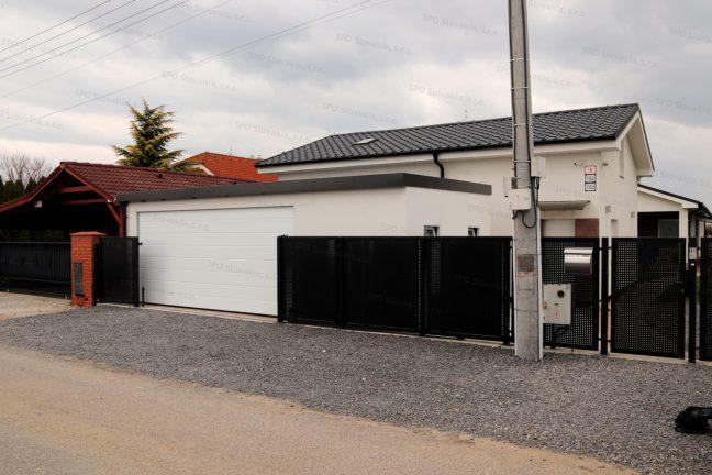 Eine maßangefertigte Garage am Zaun