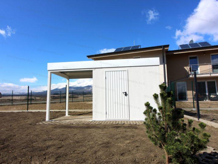 Ein weißes Gartenhaus von GARDEON mit Überdachung und Zubehör in weiß