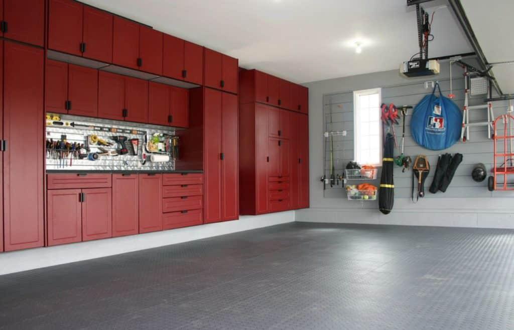 Rote Schränke für die Garage