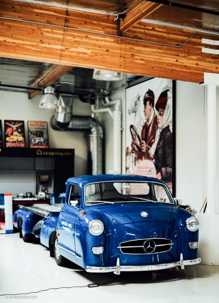 Ein blaues Mercedes in der Garage