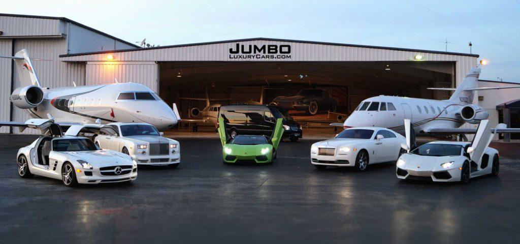 Autos vor einem Hangar