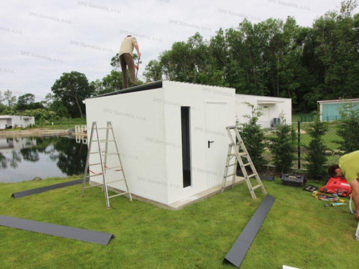 Montage der Dachdeckung eines Häuschens von GARDEON