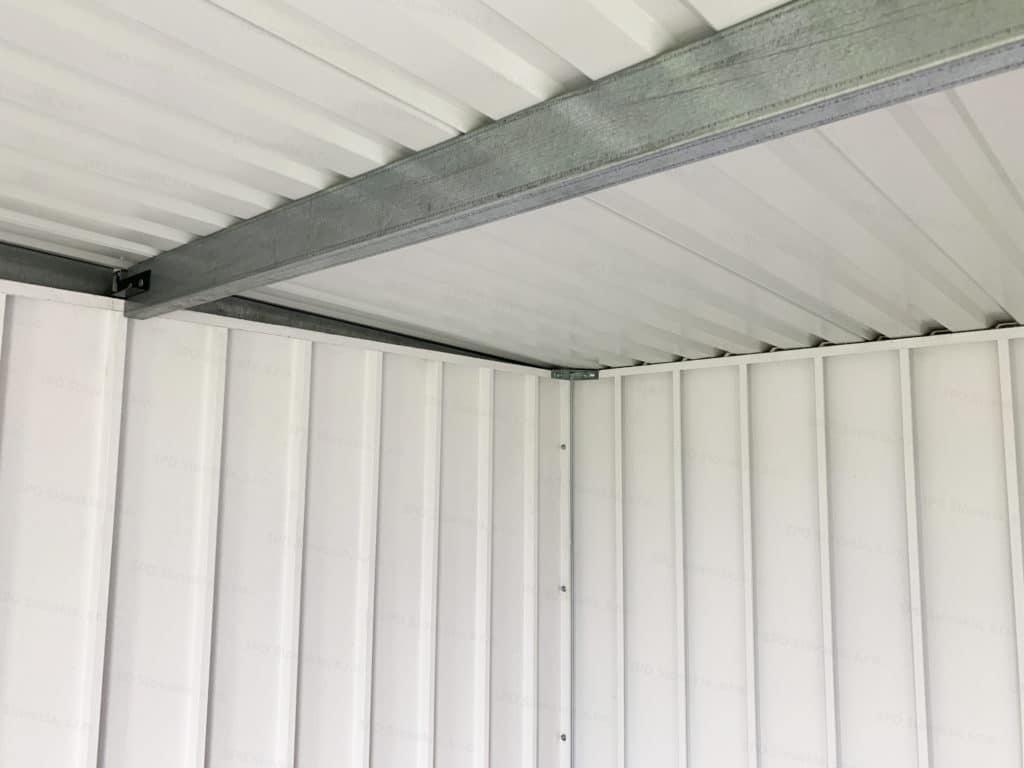 Ein unisoliertes Dach mit verzinkten Stahlträgern