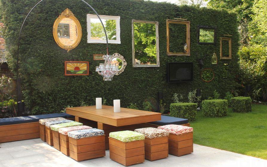 Tisch uns Stühle aus Holz im Garten