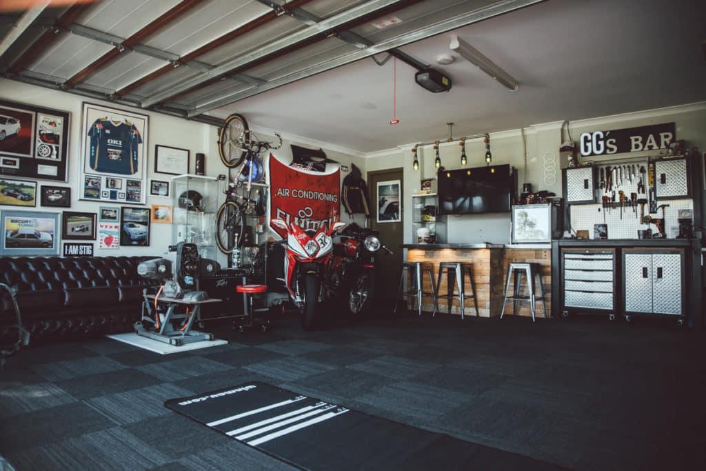 Motorräder geparkt in einer Garage