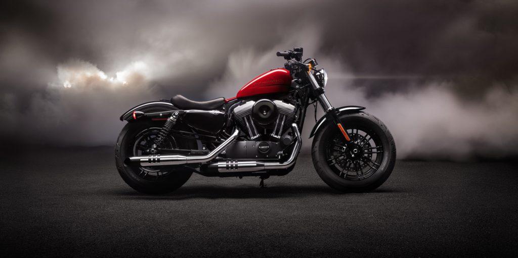 Ein schwarz-rotes Motorrad