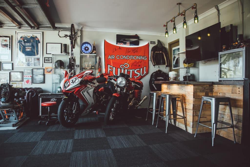 Motorräder geparkt in einer Bar