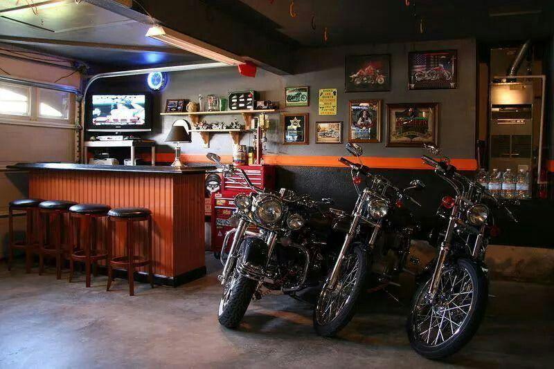Drei Motorräder geparkt in der Bar