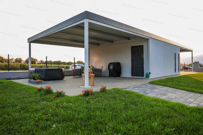 Eine montierte Garage mit einer Überdachung an ihrer hinteren Seite