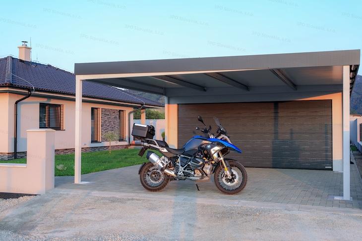 Eine montierte Garage mit Überdachung an ihrer vorderen Seite