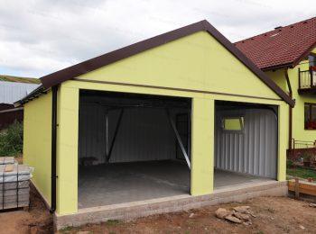 Die montierte Garage von GARDEON mit Satteldach auf einer Pflasterung