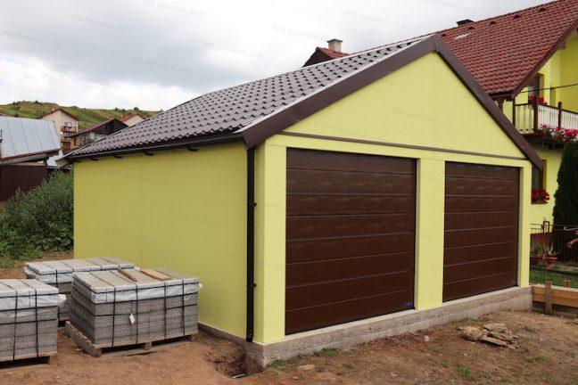Eine Garage abgestimmt an das Haus mit Satteldach in braun