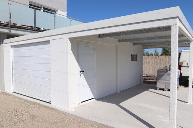Eine Einzelgarage mit Überdachung an einem Familienhaus