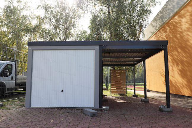 Eine 1-Auto-Garage mit Schwingtor und einem Einzelcarport in anthrazit
