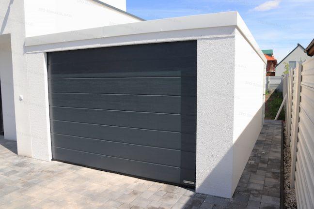 Eine weiße Garage bei dem Familienhaus
