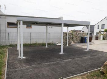 Das montierte Carport von GARDEON mit der Deckung in der Farbrichtung weißes Aluminium