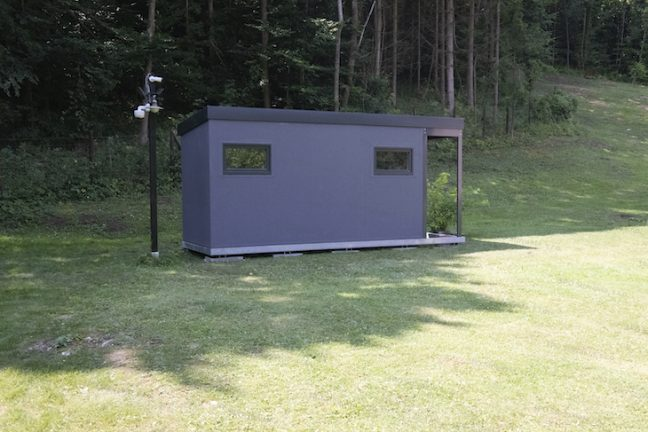 Ein montiertes Gartenhäuschen von GARDEON mit Zubehör in anthrazit