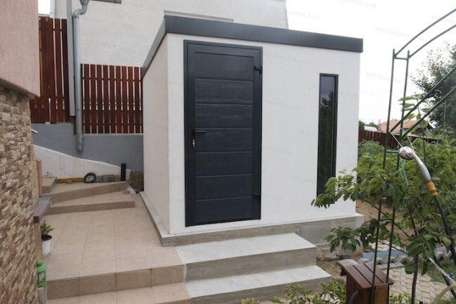 Ein montiertes Gartenhaus von GARDEON mit einer gedämmten Tür von Hörmann
