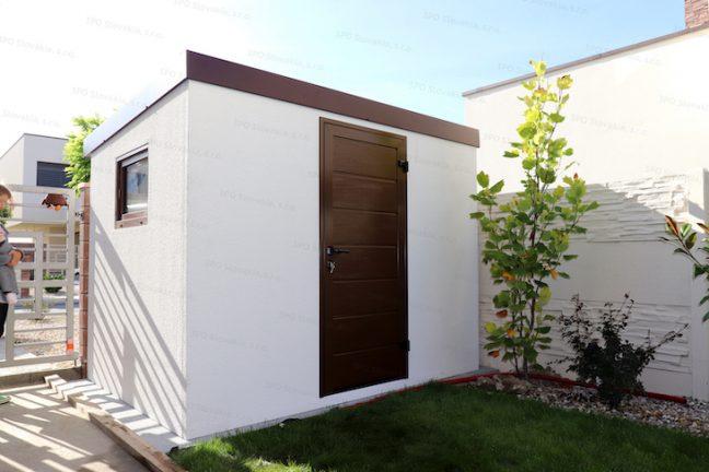 Ein montiertes Gartenhaus mit der braunen Tür LPU42 von Hörmann