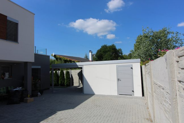 Ein Stahlhäuschen von GARDEON mit Carport bei einem modernen Familienhaus