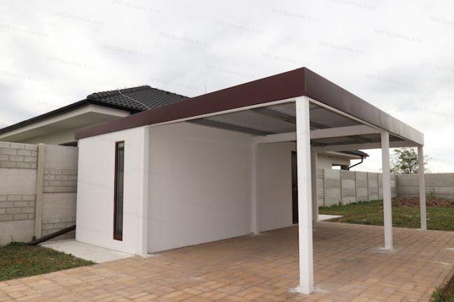 Ein montiertes Häuschen von GARDEON in weiß mit einem Einzelcarport
