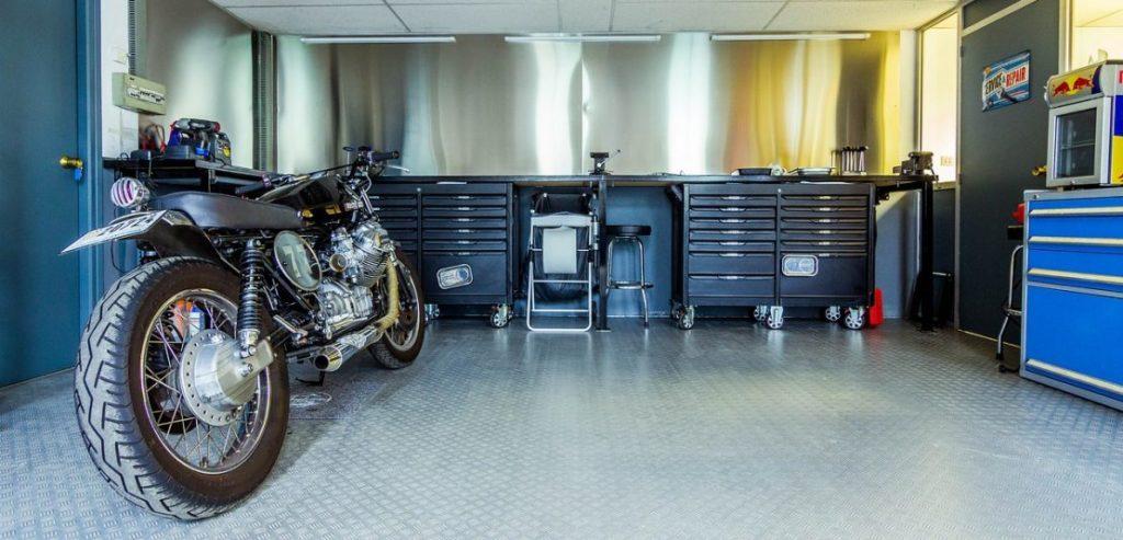 Ein Motorrad in der Garage