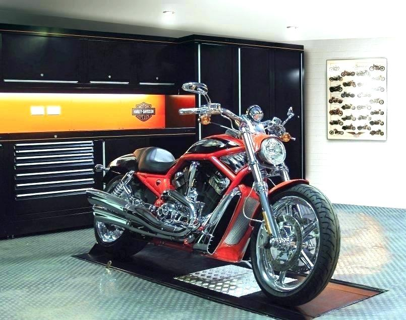 Ein Motorrad geparkt in der Garage