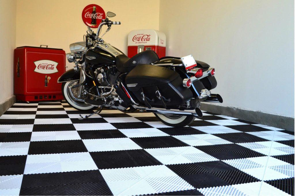 Ein schwarz-weißer Boden für das Motorrad