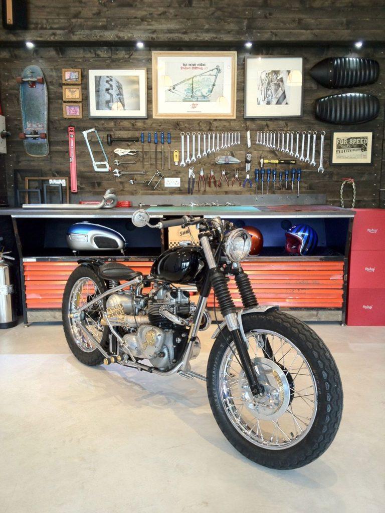 Motorrad geparkt in einer Werkstatt