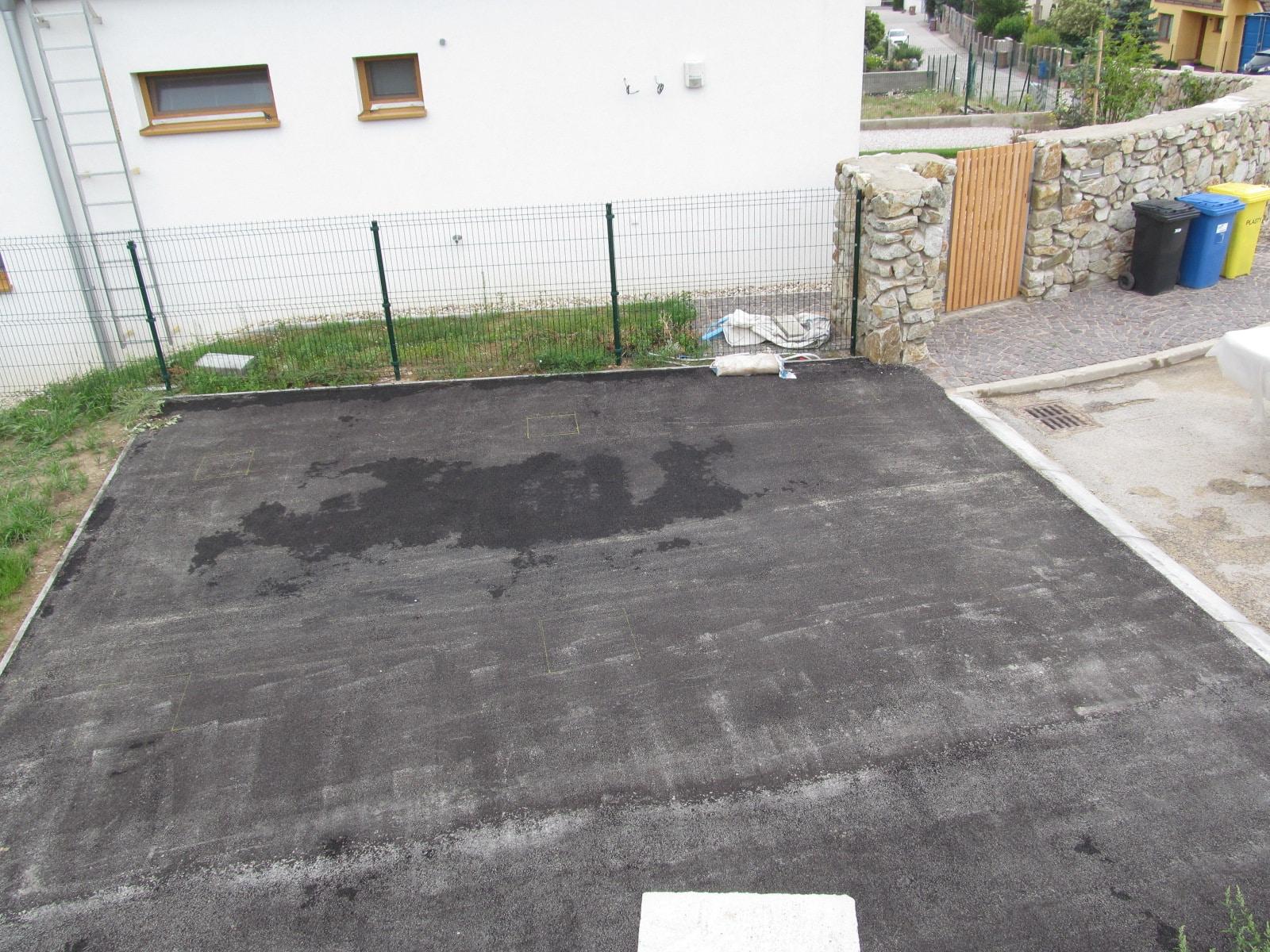 Ein Fundament für die Garage - Fußpunkten aus Beton unter Asphalt