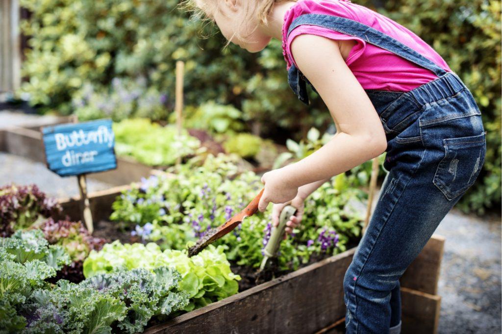 Ein Mädchen in dem Garten