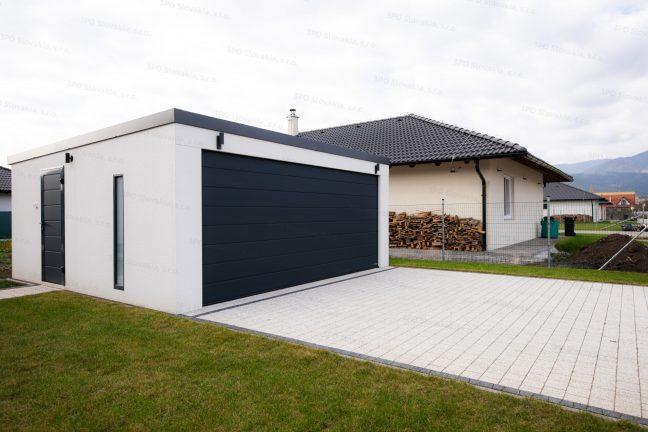 Die montierte Garage von GARDEON neben einem Haus