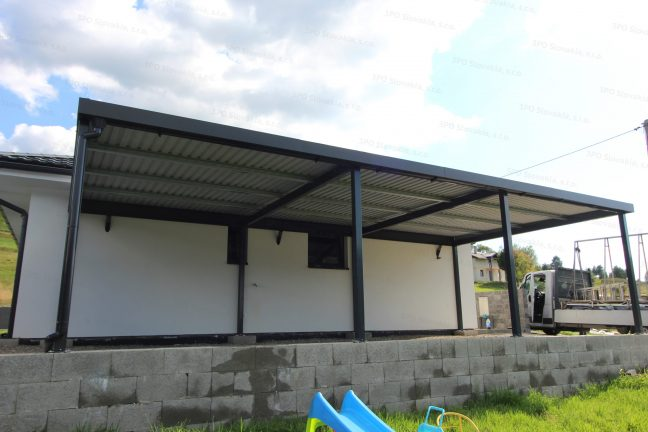 Ein montiertes Doppelcarport von GARDEON mit DRIPSTOP bei einem Familienhaus