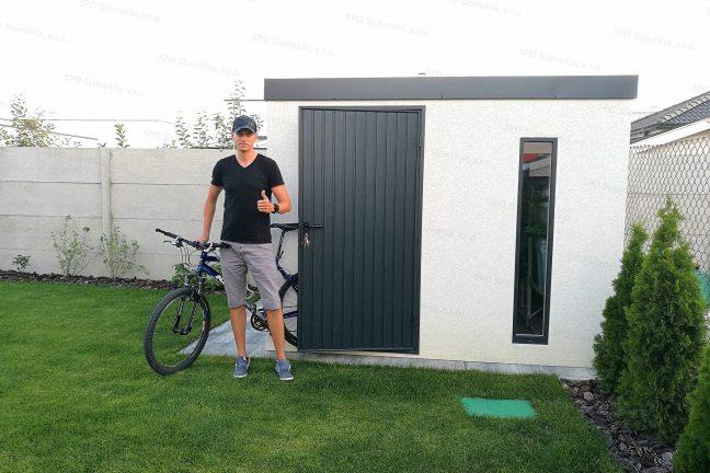 Ein zufriedener Kunde vor seinem neuen GARDEON Gartenhaus mit Pultdach