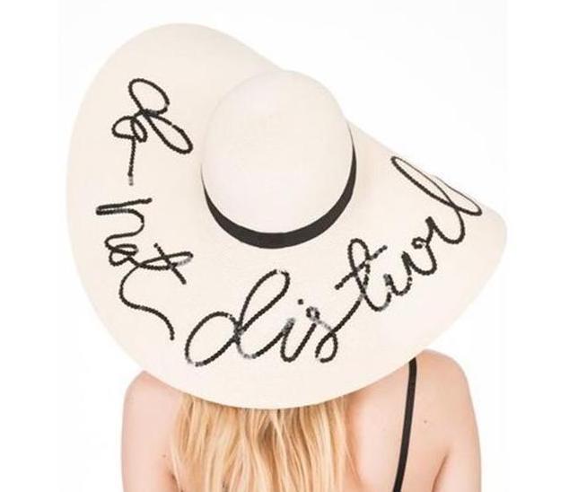 Ein weißer Hut mit einer Aufschrift