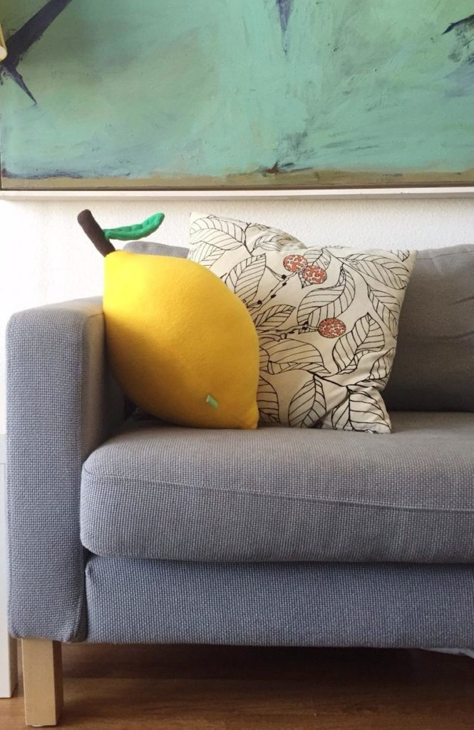Ein Kissen in Form einer Zitrone